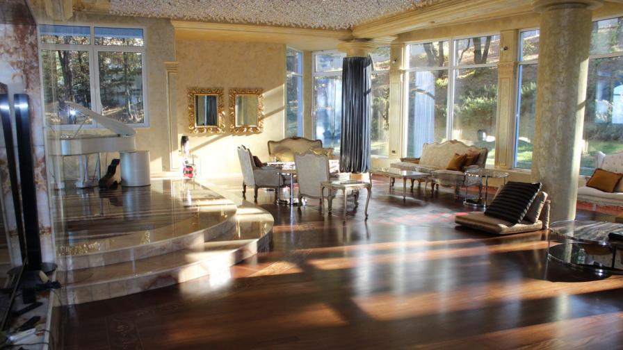 <p>Вижте дома&nbsp;на&nbsp;Баневи - лукс, бижута, оръжие (снимки)</p>
