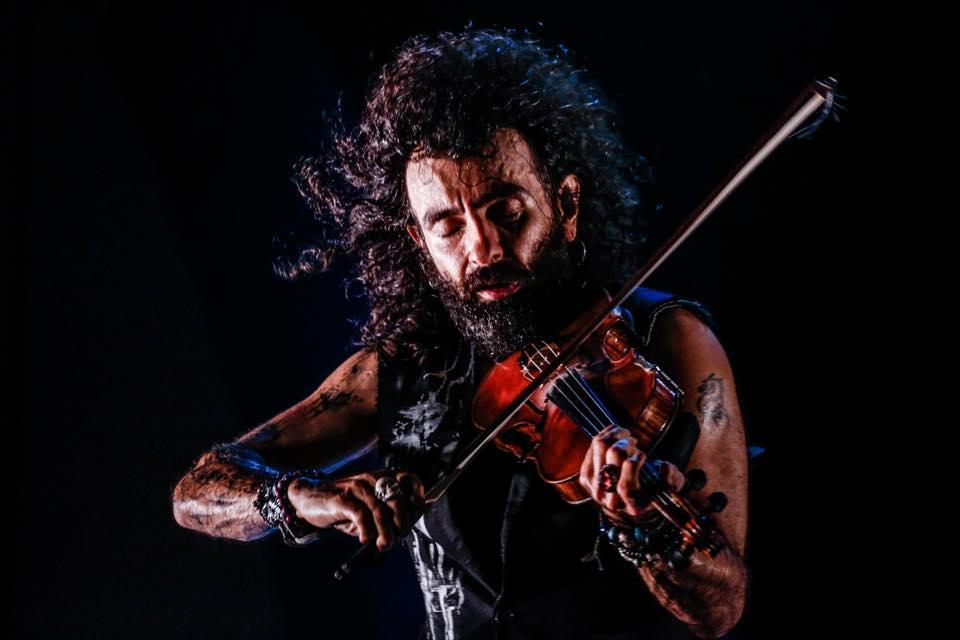 """""""Лудият цигулар"""", както го наричат, пренася с лекота публиката от класиката на Бах, Вивалди и Паганини, през арменски и испански ритми, музика от филм на Тарантино, Джими Хендрикс, Лед Цепелин, та чак до Дейвид Бауи."""