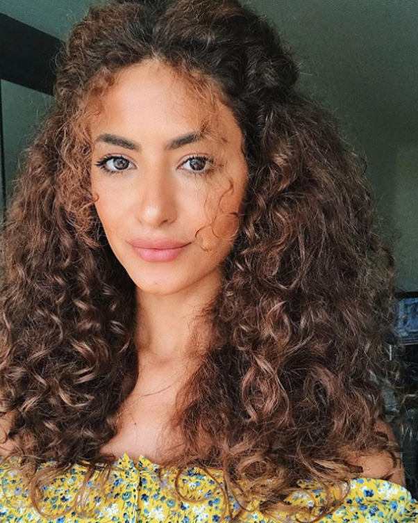 Тя е млада, красива, екзотична, обича модата и прическите. Сара Ангиус е моден блогър и влогър с над 3 милиона последователи в Инстаграм. В мрежата става известна с кратките си видеа на тема коса и прически.