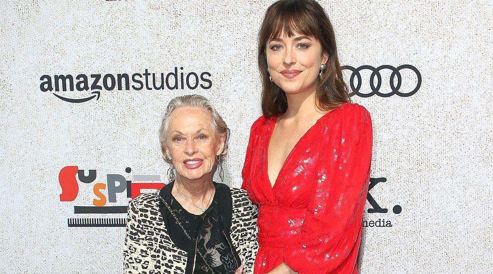 С баба на червения килим: Дакота Джонсън и Типи...
