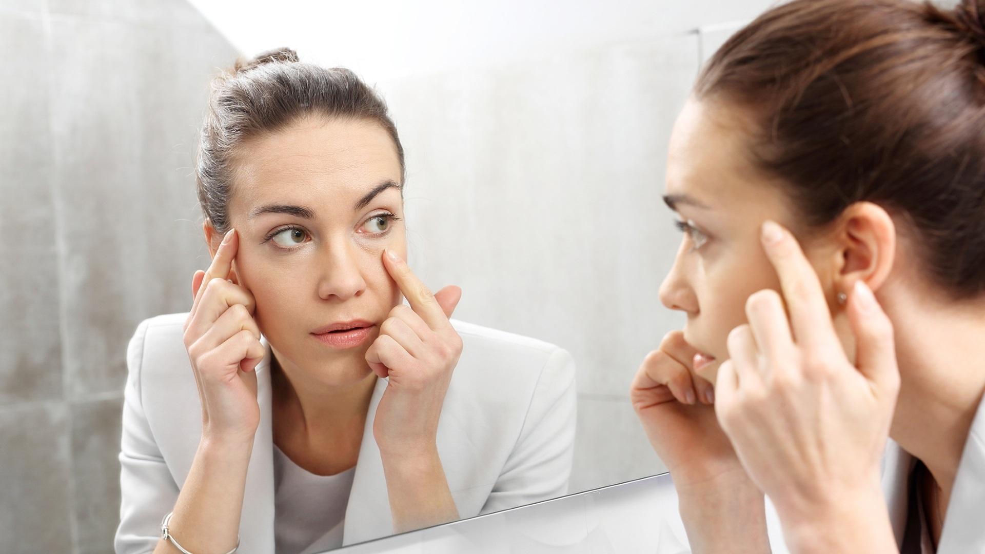 Нова грижа за лицето сутрин<br /> <br /> Когато сте стопили мазнините на корема и бедрата лицето ви също отслабва. На теория това звучи хубаво, но ако имате подкожна мазнина можете да скриете появата на фини бръчки и увисване. Не е нужно да избирате между отслабването и красивото лице, просто се заредете с витамин C. За всеки милиграм увеличение на дневната доза витамин C, намалявате риска от бръчки с 11%. Суперхрани като папая, броколи и брюкселско зеле, червени чушки ще ви помогнат. Разбира се, съчетани с качествен крем за лице, препоръчан от дерматолог.