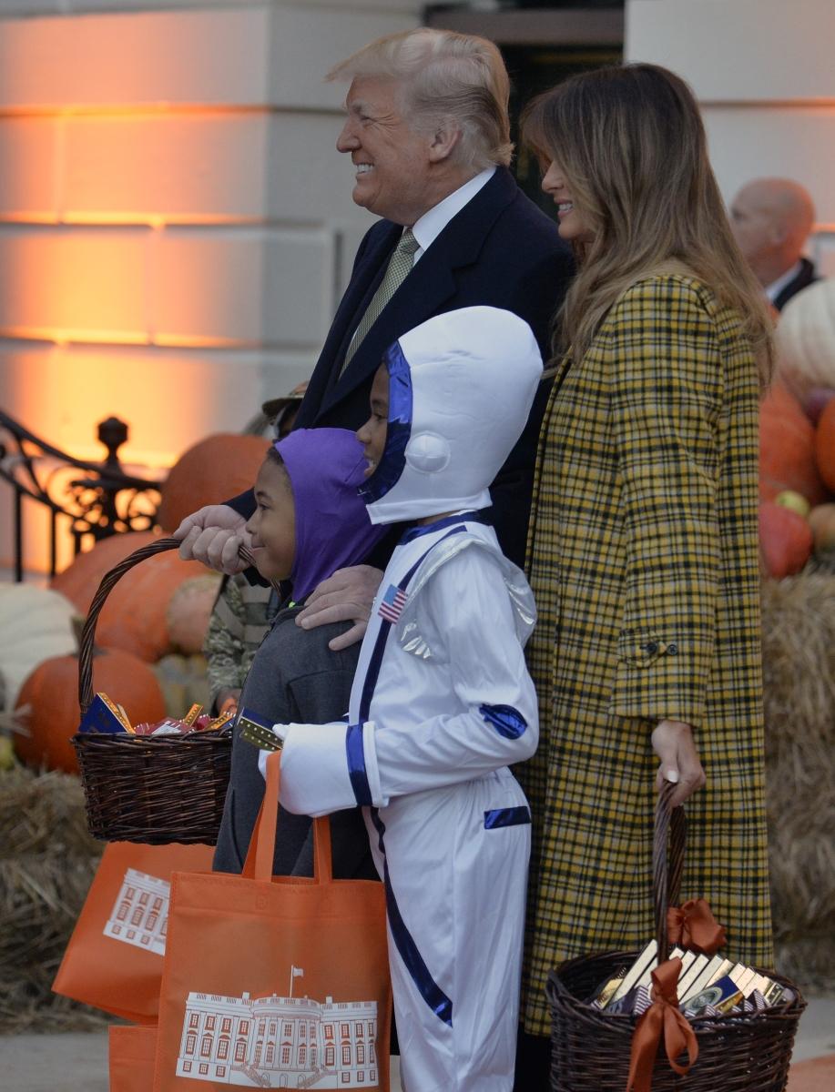 Мелания и Доналд Тръмп посрещат деца в Белия дом по случай Хелоуин. Те им раздават лакомства, а основен акцент в декорацията е тиквата.