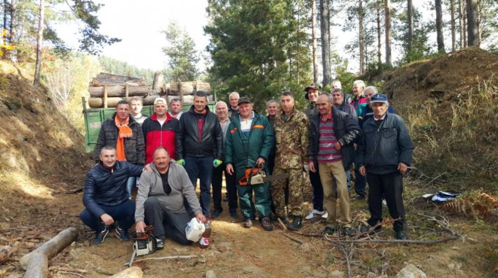 Общинари доброволно събраха дърва за огрев за болница (СНИМКИ)