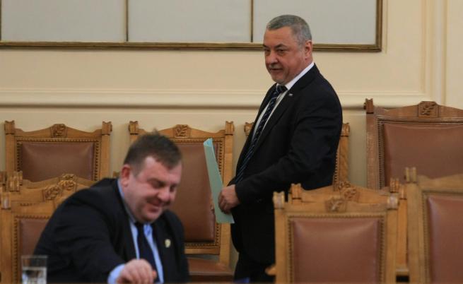 БСП поискаха оставката на Симеонов и Каракачанов заради ДАБЧ