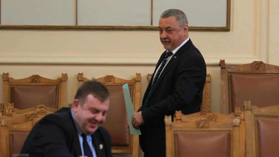 <p>БСП поискаха оставката на Симеонов и Каракачанов</p>