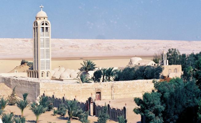 В навечерието на Архангелова задушница: стреляха по автобус с християни в Египет