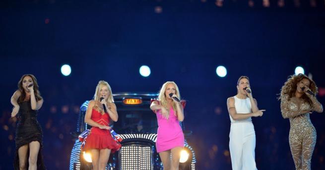 Четири от петте изпълнителки от групата