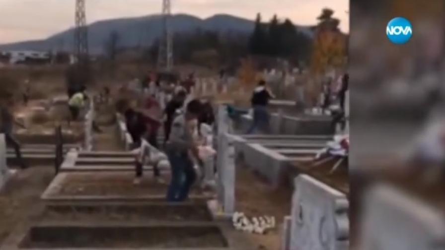 Кадри възмутиха интернет: Деца грабят храна от гробища