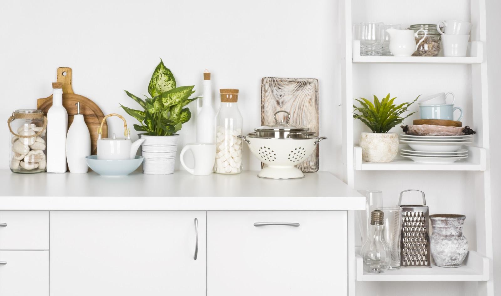 1. Кухненските шкафове -Te не бива да бъдат подлагани на много влага. Поддържайте чистотата им, като ги избърсвате с микрофибърна кърпа при нужда, а отделни места - с гъба и топла вода. Веднъж месечно можете да ги почиствате цялостно с мека гъба или кърпа с топла вода и само няколко капки перилен препарат, след това избършете с влажен парцал, а накрая подсушете със суха кърпа.