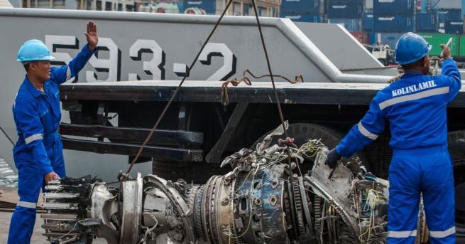 Индонезийският пътнически самолет, който падна в морето миналата седмица и