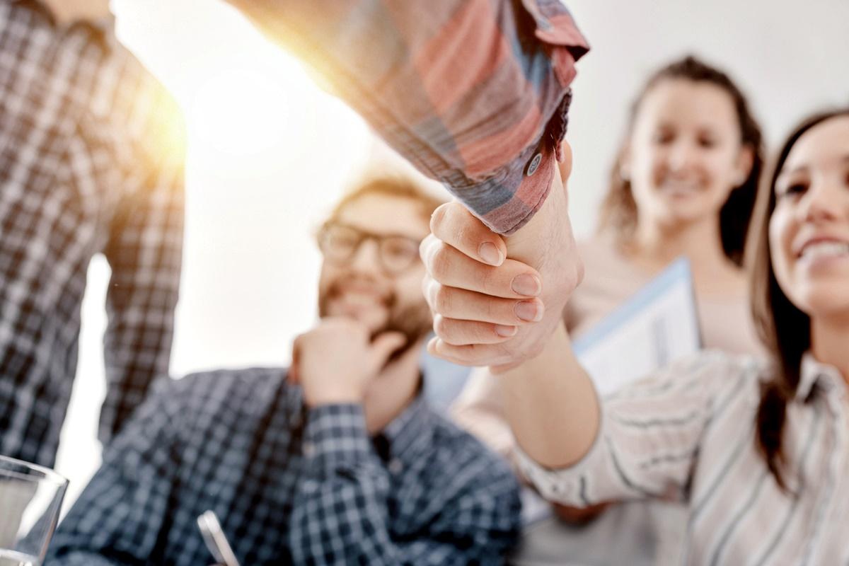 Намерете си приятел<br /> Дори и в новия офис да вършите същата работа, с която се занимавате от 30 години, ще забележите, че навсякъде хората работят различно. Добра идея е да си намерите приятел в офиса, който между другото да ви въвежда в обстановката, защото ако попитате мениджъра на екипа или още по-зле – шефа си, ще се почувствате по-неквалифицирани и неуверени, а има и вероятност и другите да ви видят по тази начин.