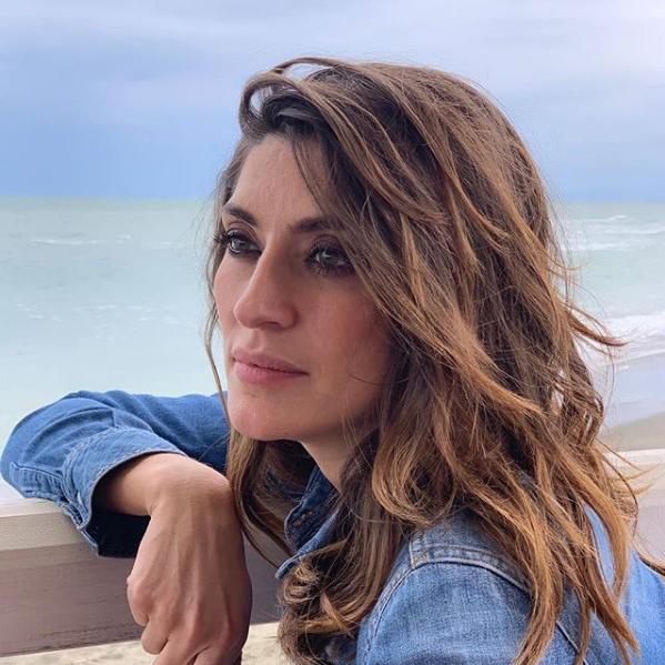 Италианският вицепремиер Матео Салвини и приятелката му Елиза Изоарди са разделени.Това става ясно от снимка, която телевизионната водеща сподели в профила си в Инстаграм. На нея двамата лежат в леглото - Елиза снима, а Салвини спи на рамото ѝ.