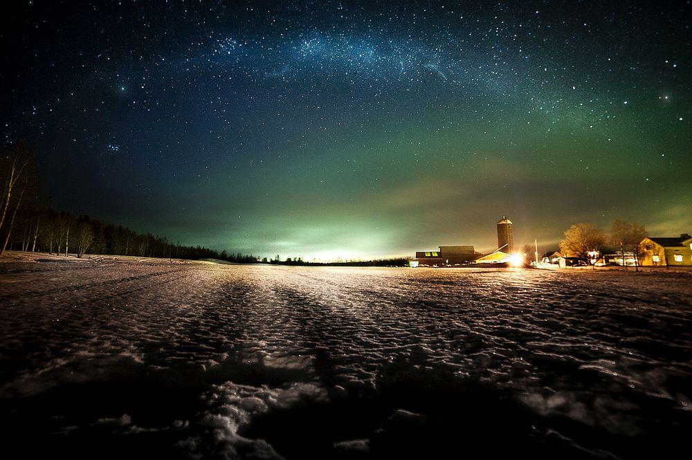 При ясно време нощното небе е озарено от полярното сияние - природен феномен, който е наистина впечатляващ.