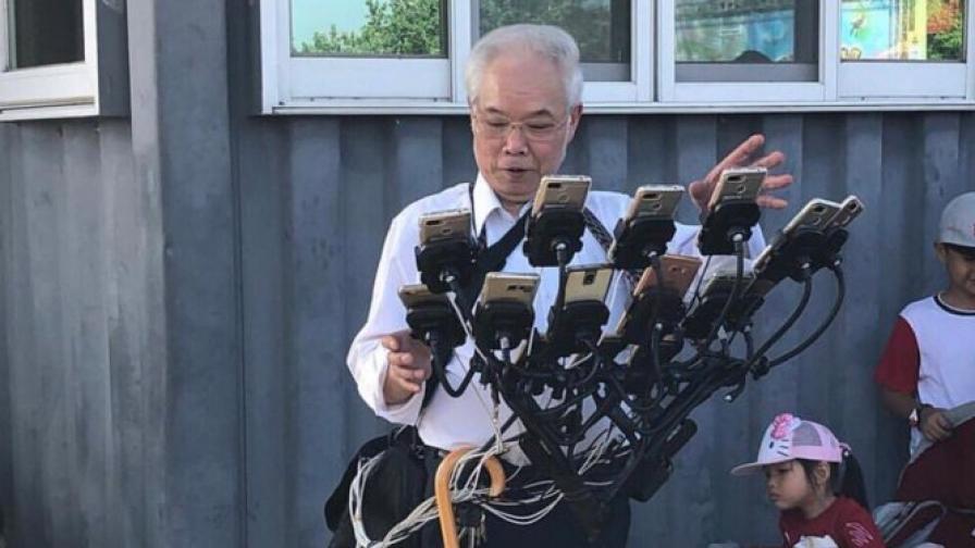 70-годишен мъж играе Pokemon Go на 11 смартфона едновременно