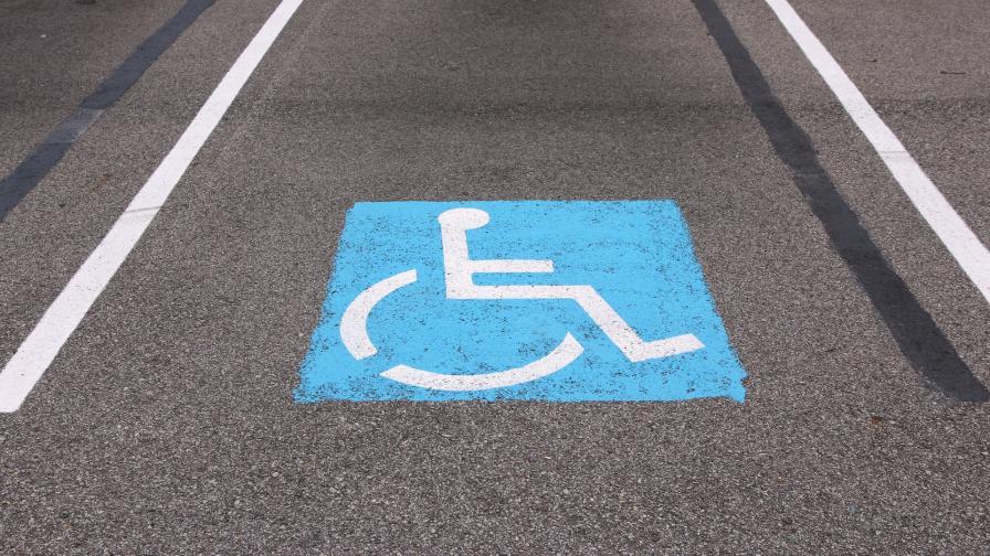 <p>Полицаи с инвалидни стикери за паркиране в Плевен</p>
