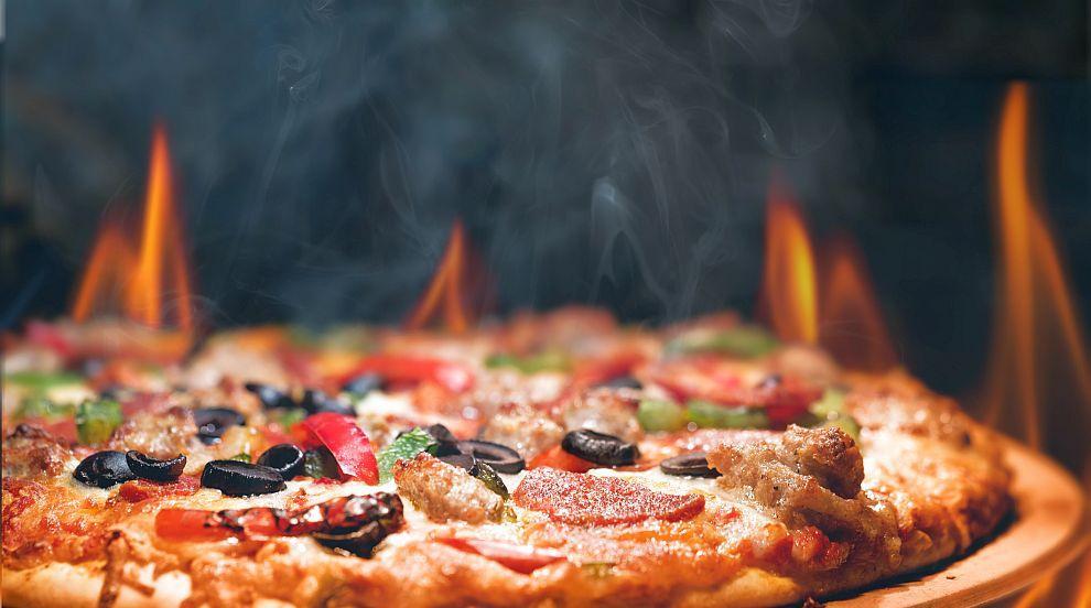 Верига магазини предлага пица, гарнирана с...