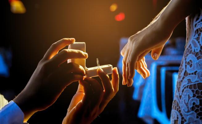 Мъж предложи брак с цели 6 пръстена
