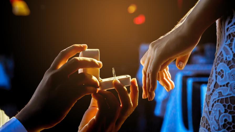 <p>Неочаквано предложение за брак пред 15 000 души в София</p>