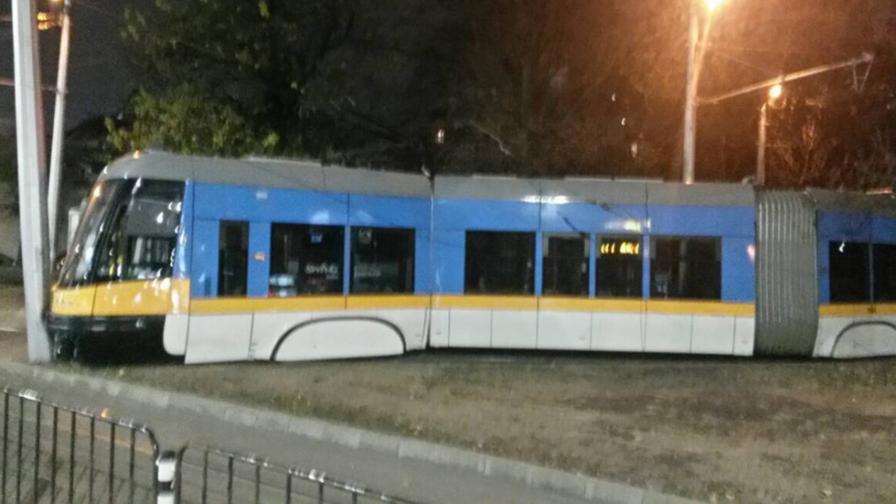 Трамвай се заби в стълб, излезе от релсите