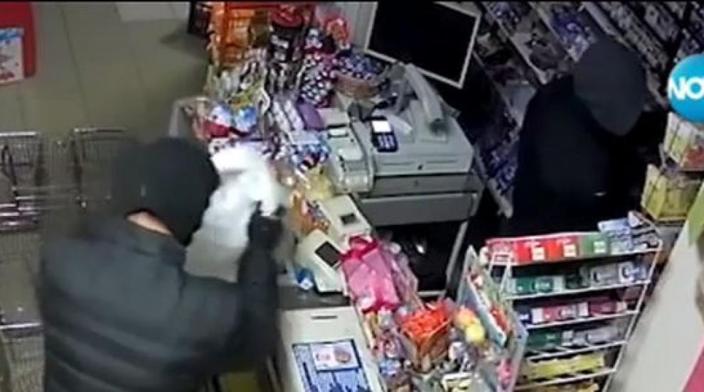 Как маскирани извършиха кражба от магазин за секунди? (ВИДЕО)
