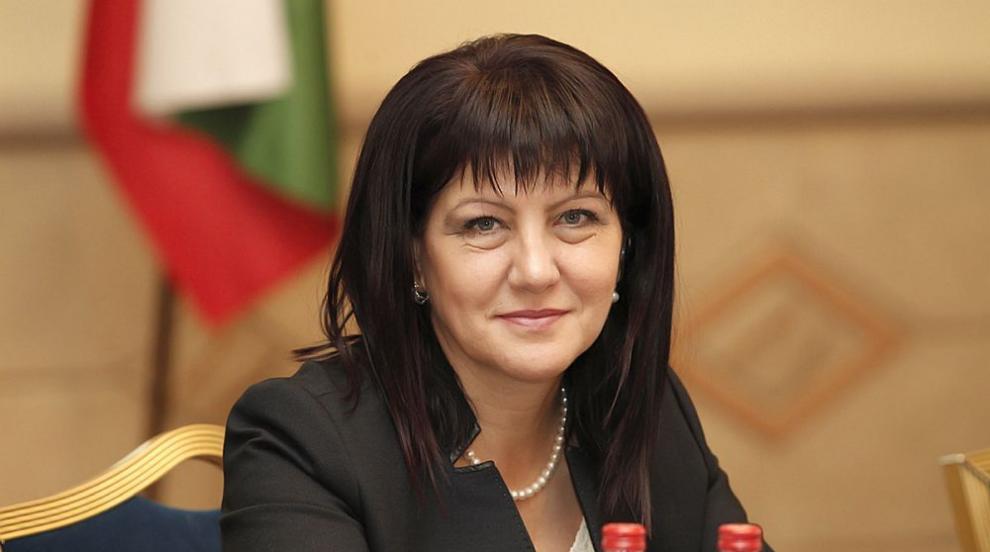 Караянчева: По правилник депутатите получават пари и без да работят