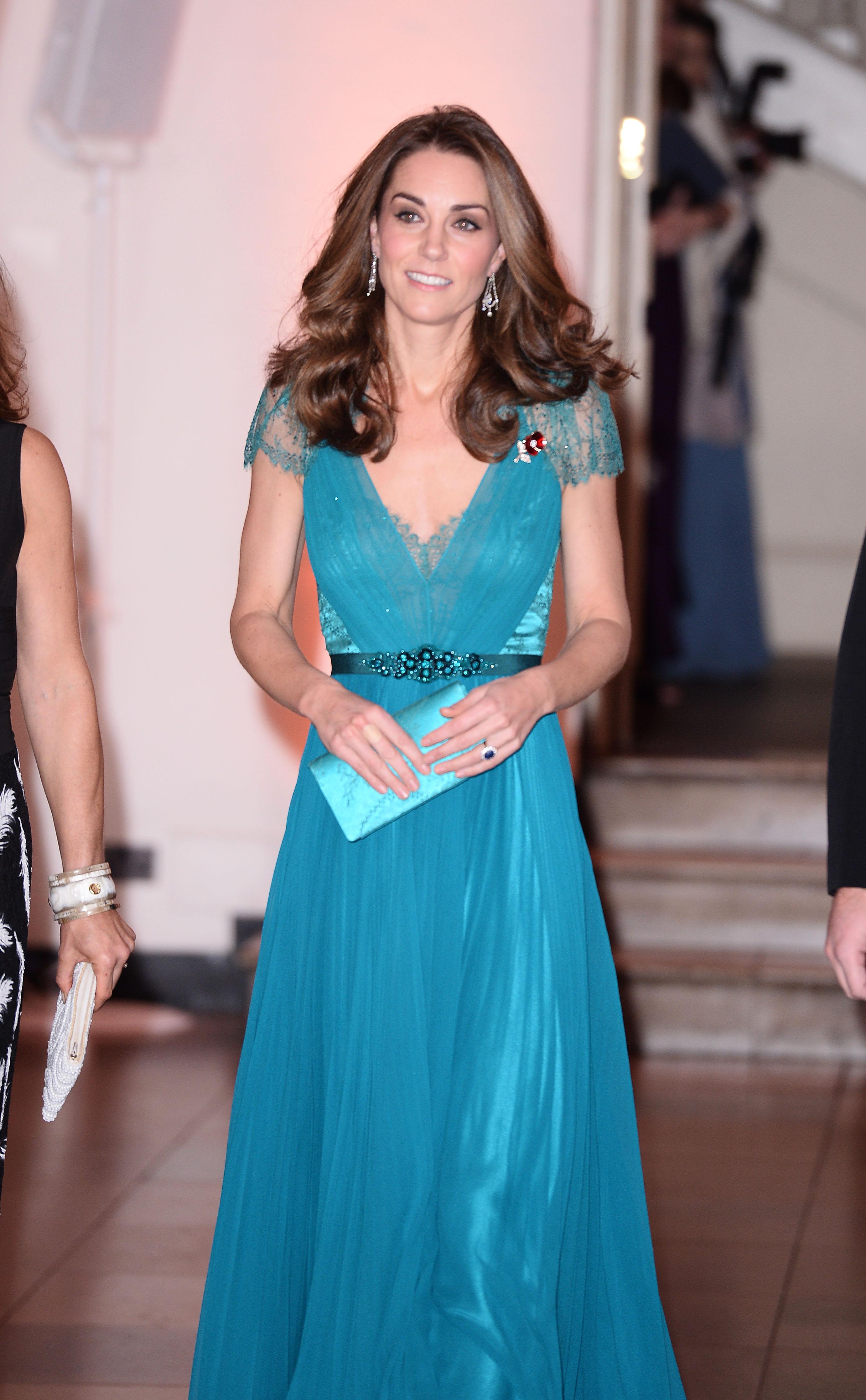 Разкошната рокля е дело наДжени Пакхам и съчетана склъч. Този път обаче Мидълтън е заложила на друга прическа.През 2012 г. тя е с елегантен кок, а сега е със спусната коса.