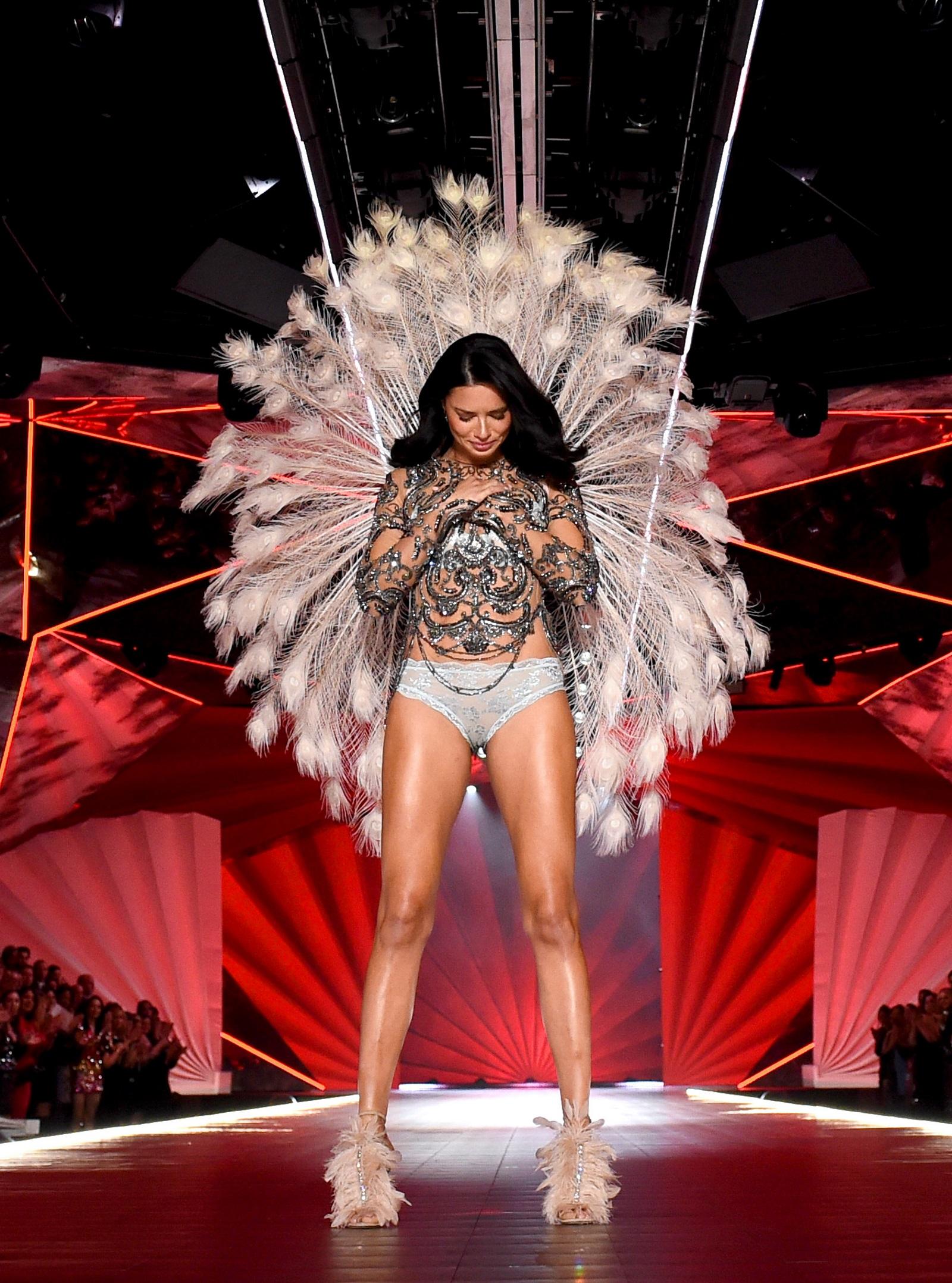 След 20 години и 18 зрелищни ревюта бразилският модел се оттегля от шоуто на Victoria's Secret. Вижте някои от най-добрите ѝ моменти през годините.