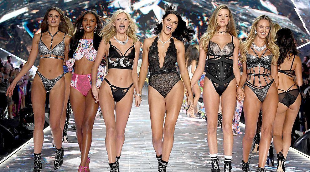 Съблазнителните ангели на Victoria's Secret по бельо в Ню Йорк (СНИМКИ)