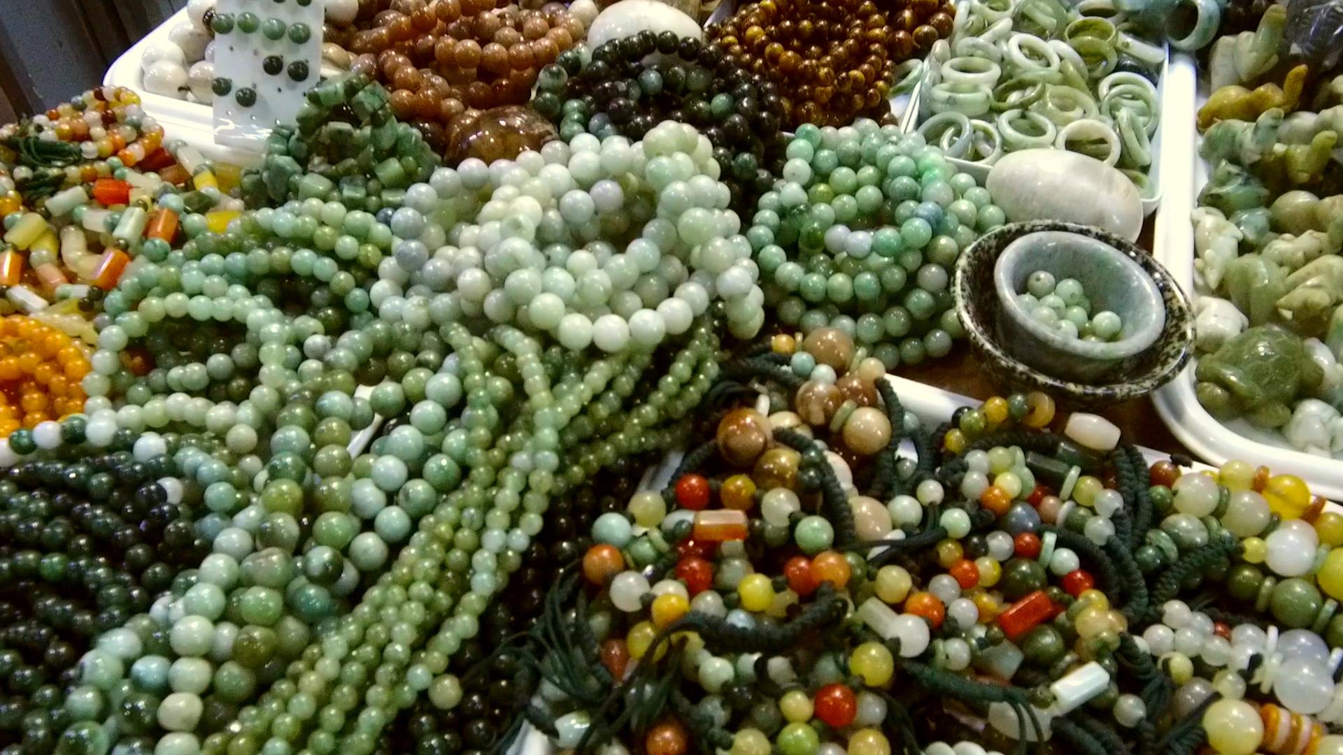 Нефритеният пазар в Мандалай е завладяващо място. Това е мястото, където се правят нефритените гривни, така популярни сред китайските и азиатските клиенти.