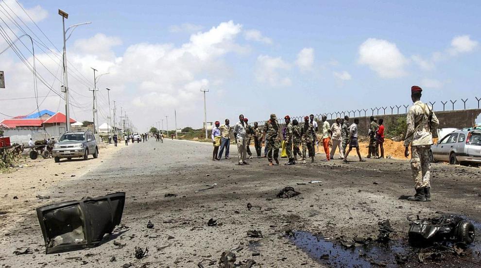 Броят на жертвите на бомбения атентат в Сомалия достигна 53 души, над 100 са...
