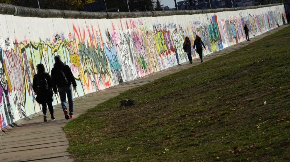 Френски сладкар разби с чук шоколадово копие на Берлинската стена (ВИДЕО)