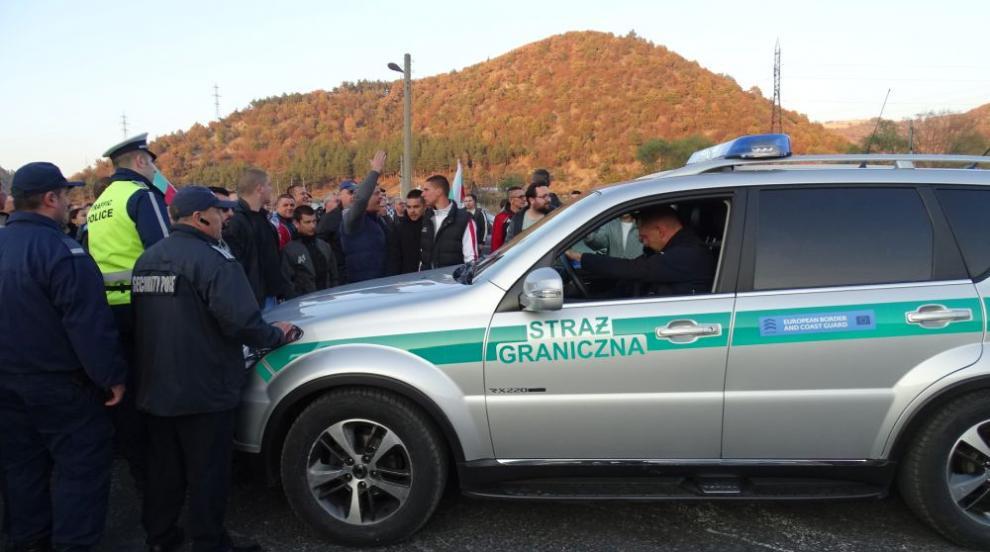 Камион се вряза в група протестиращи на път край Благоевград (ВИДЕО)