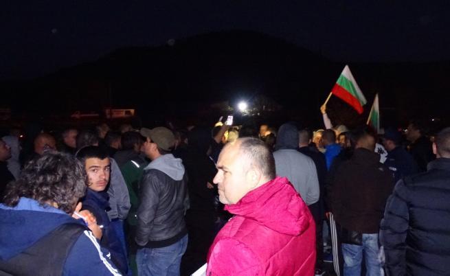 Огромни протести заради цените на горивата блокираха страната