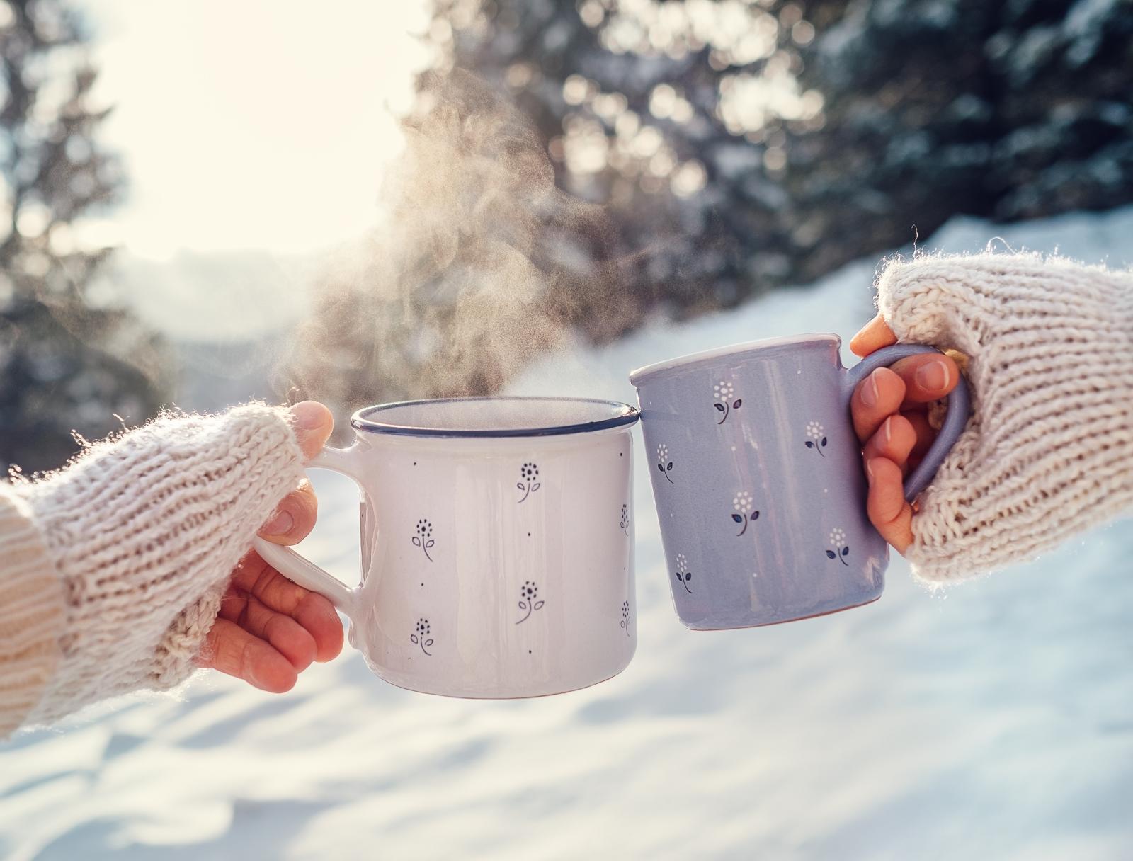 Това може да ви се стори възможно най-пубертетското и клиширано нещо на света, обаче... РАБОТИ! Вземете си мачващи чаши и си пийте кафето или чая от тях. Усещането, че в момента правите нещо с любим човек, независимо колко е далече може да ви стопли много повече, отколкото сте предполагали.