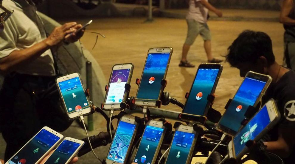 """Тайвански дядо играе """"Покемон гоу"""" с 15 телефона"""