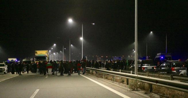 """Отново протест блокира пътен възел """"Даскалово"""" За четвърта вечер стотици"""