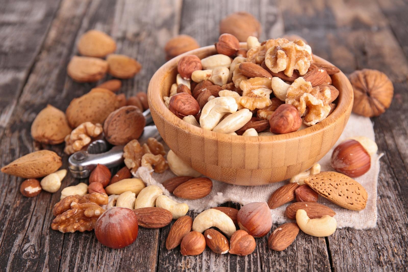 Бадемите помагат срещу диабет и намаляват холестерола. Доказват го 22 възрастни доброволци, приемали по 60 гр бадеми всеки ден в продължение на 4 седмици. Лекарите отчели намаляване с 9% на нивото на кръвната захар и повишаване на добрия холестерол за сметка на лошия.