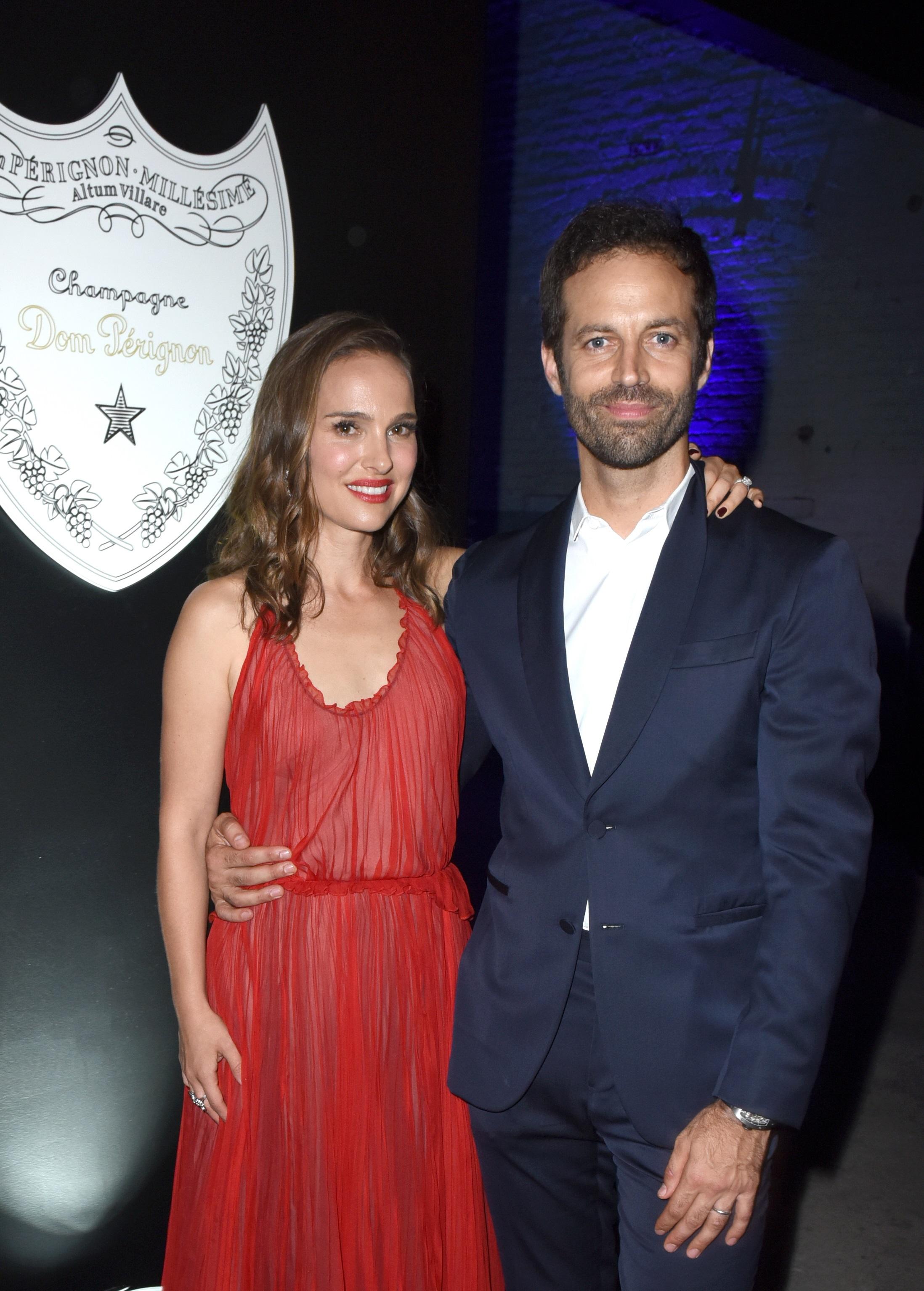 """Натали Портман и Бенджамин Милпие<br /> <br /> Натали среща съпруга си Бенджамин, който е хореограф, по време на снимките на филма """"Черният лебед"""" през 2010 г. Две години по-късно се ожениха."""