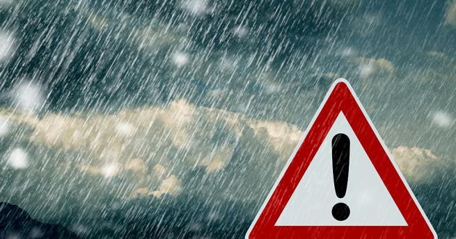 Сняг по пътищата в Стара планина и в Родопите. Шофьорите