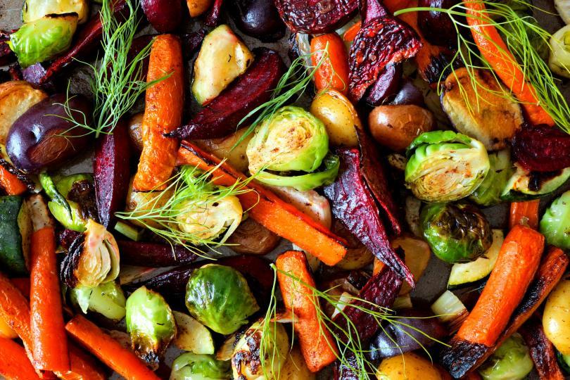 <p><strong>Наблягайте на сезонните продукти</strong></p>  <p>Похапването на сурови плодове и зеленчуци може да освежи менюто ви, но може да ви причини и дискомфорт заради пестицидите и останалите вредни вещества, които ще откриете в повечето несезонни плодове, предлагащи се на пазара през есенно-зимния период. Така че заложете най-вече на цвеклото, ряпата, ябълките, дюлите, киселото зеле, туршиите, сушените плодове.</p>