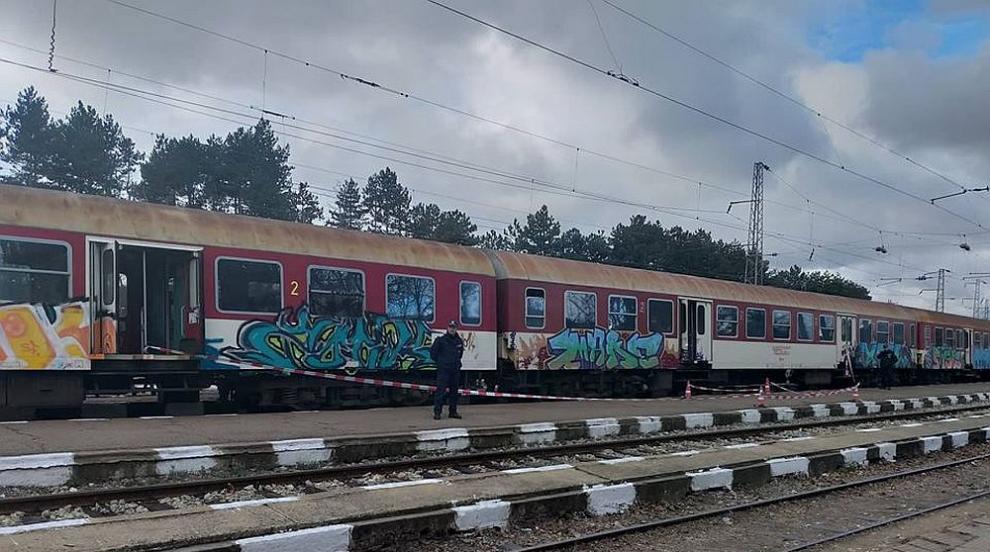 Влак помете кола на жп прелез край Казанлък