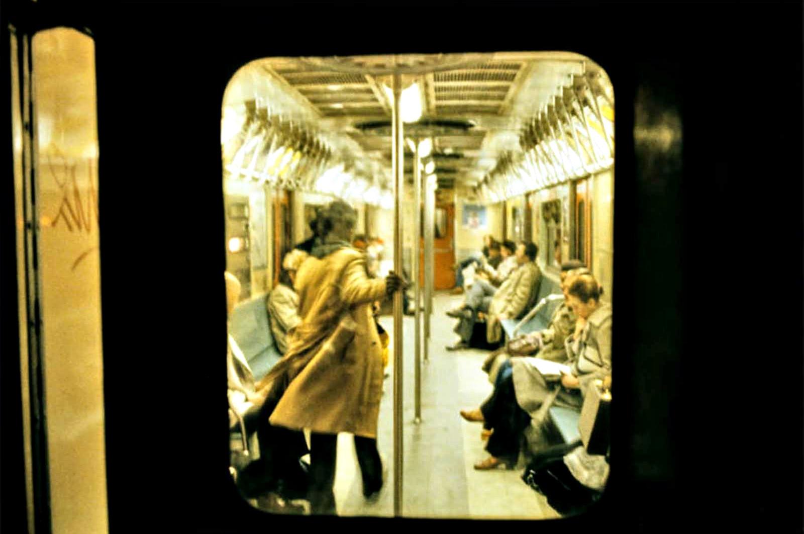 """В края на 70-те и началото на 80-те г. на ХХ в. швейцарският фотограф Уили Спилър прави поредица от снимки в нюйорксокото метро, които по-късно стават известни като """"Ад на колела"""". В своята поредица той показва красотата и тъминаната на метрото, превръщайки труда си в една цветна поема за мегаполиса и неговите хора."""