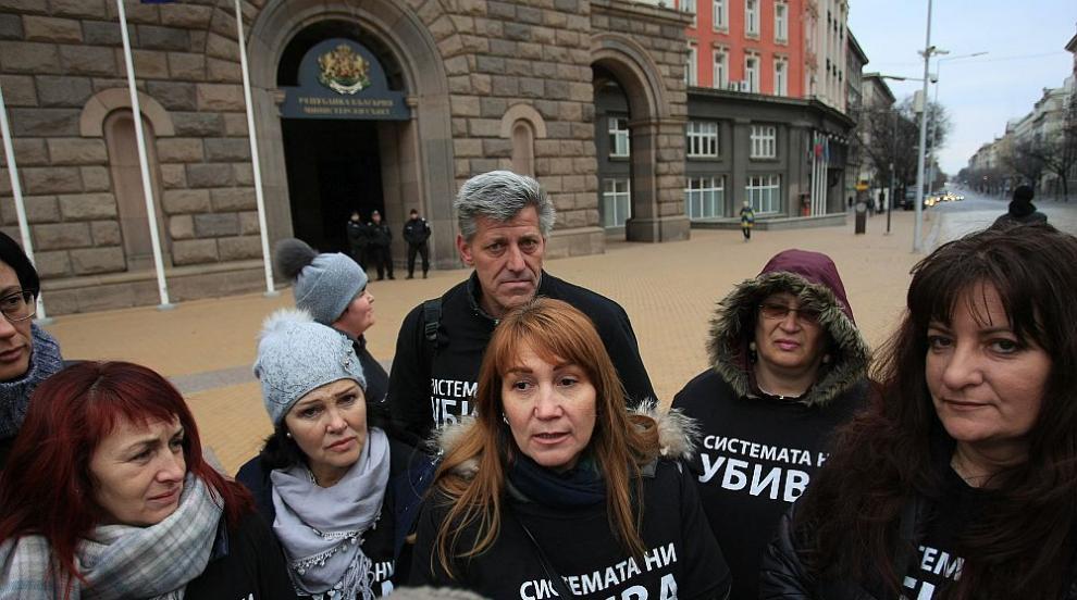Протестите на майките продължават до гласуването на оставката на Симеонов...
