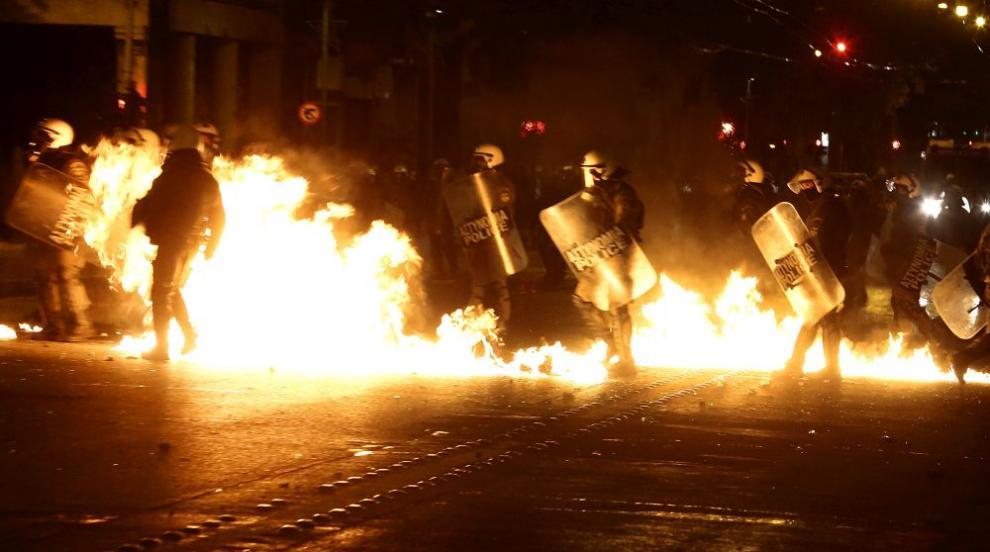 В Атина анархисти хвърляха коктейли Молотов по полицията