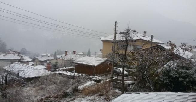С нова снежна покривка осъмна Смолянско, като по високите места