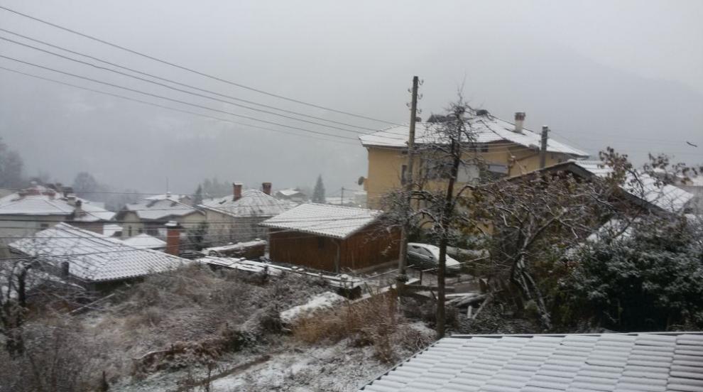 Снежна покривка в Смолянско, пътните служби са в готовност