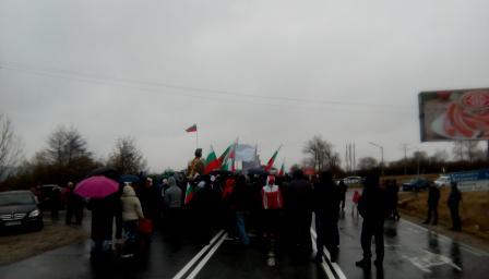 Блокада на пътища и протести, къде какво се случва