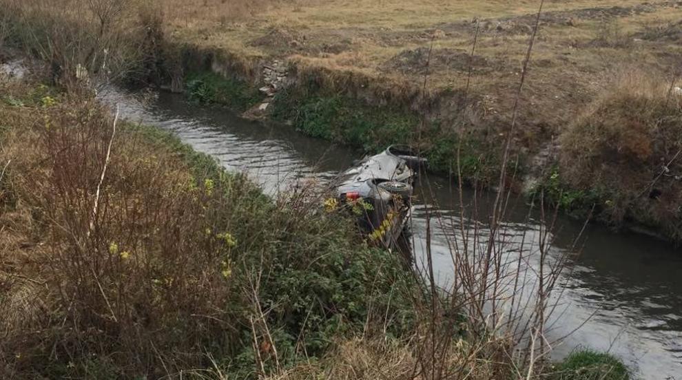 Двама с опасност за живота, колата им падна в река (СНИМКИ)