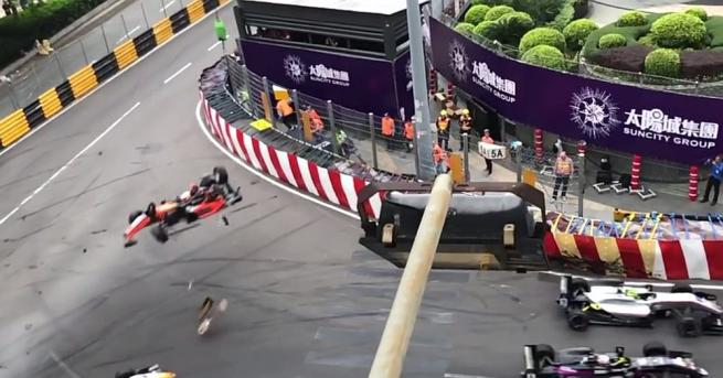 Ужасяваща катастрофа прекъсна за около час състезанието за Гран при