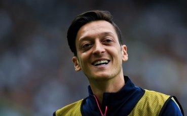 Йозил с усмивка си припомни първия ден в Арсенал